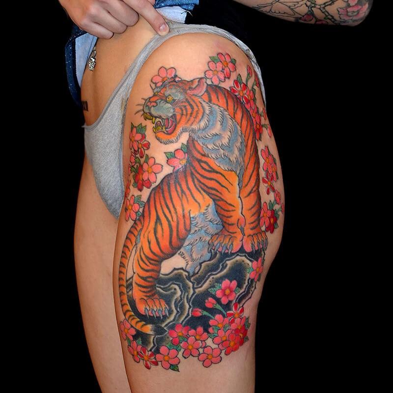 Тату тигр - Тату тигр и цветы - татуировка тигр и цветы